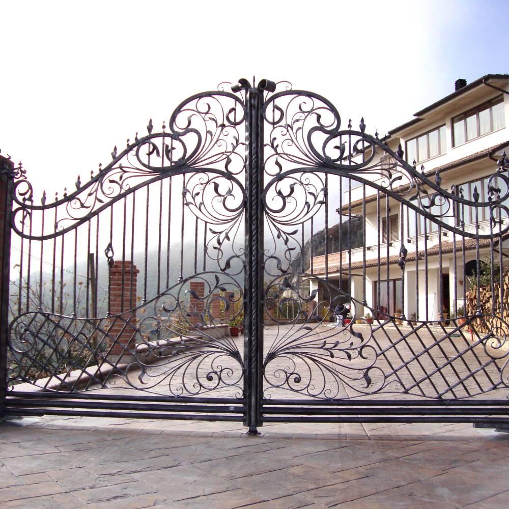 Portails en fer forg portail en fer fabrications en for Petit portail en fer