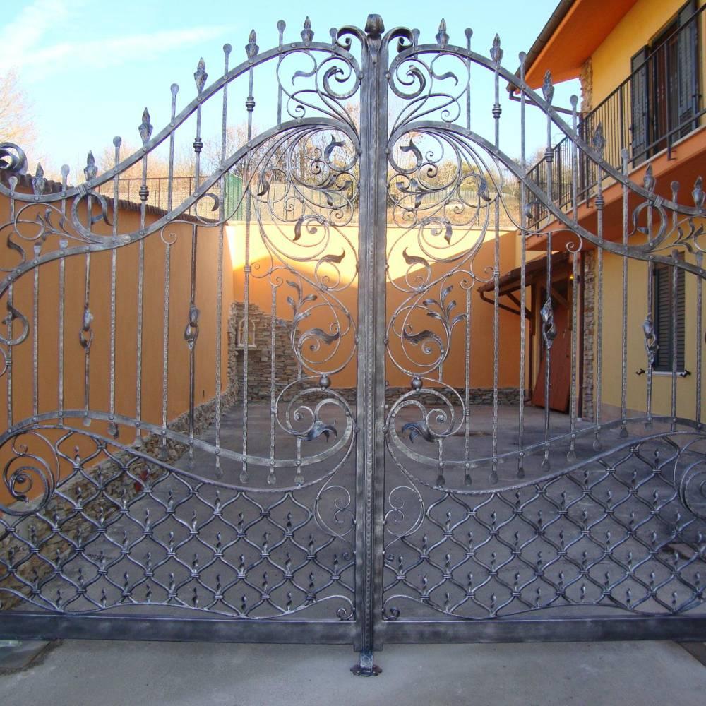 Portails en fer forg portail en fer fabrications en for Petit portail fer forge